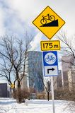 Sinais de estrada ao longo de um trajeto da bicicleta em Sunny Winter Day imagem de stock royalty free
