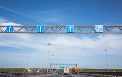 Sinais de estrada azuis com setas brancas Foto de Stock Royalty Free