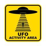 Sinais de estrada cômicos para o UFO, tema do perigo da abducção dos estrangeiros, ilustração do vetor Sinal de estrada amarelo c imagens de stock royalty free