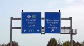 Sinais de estrada com sentidos às cidades na estrada austríaca Imagem de Stock Royalty Free