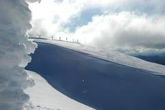 Sinais de estrada em uma montanha coberto de neve Imagem de Stock