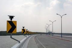 Sinais de estrada, indicando certo a volta Fotos de Stock