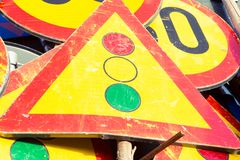Sinais de estrada industriais amarelos usados Fotografia de Stock Royalty Free