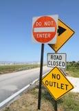 Sinais de estrada no céu azul Imagens de Stock Royalty Free