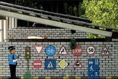 Sinais de estrada a 40 de um estado a outro e em toda parte em todos os sentidos dentro Foto de Stock Royalty Free