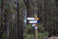 Sinais de madeira da seta direcional da estrada transversaa foto de stock