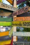 Sinais de madeira direcionais ao destino famoso diferente do Foto de Stock Royalty Free
