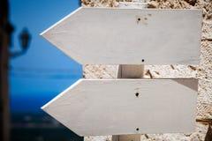 Sinais de madeira vazios da seta Apontar à esquerda outdoor fotografia de stock royalty free