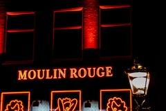 Sinais de néon do vermelho de Moulin em Amsterdão, os Países Baixos foto de stock