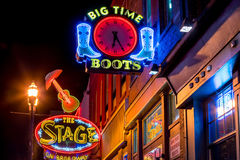 Sinais de néon em mais baixo Broadway Nashville Foto de Stock Royalty Free