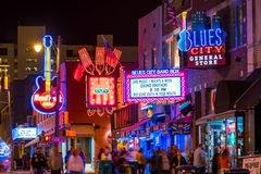 Sinais de néon na rua de Beale Fotografia de Stock Royalty Free
