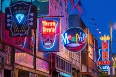 Sinais de néon na rua de Beale Fotografia de Stock
