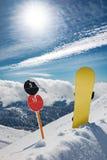 Sinais de número da inclinação e snowboard em montanhas foto de stock royalty free