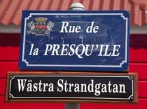 A rua assina dentro St. Barths afixada no sueco junto com seu nome francês Fotos de Stock