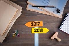 Sinais de sentido com setas e os números 2017 e 2018, conceito para a volta do ano Imagens de Stock Royalty Free