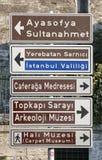 Sinais de sentido para lugares turísticos no distrito de Sultanahmet de Fotografia de Stock