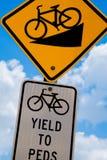 Sinais de tráfego da bicicleta para a categoria e o rendimento em declive íngremes aos peds Fotografia de Stock Royalty Free