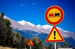 Sinais de tráfego da montanha Fotografia de Stock Royalty Free