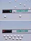 Sinais de tráfego e esferas de golfe Fotografia de Stock Royalty Free