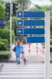 Sinais de tráfego, sinais de estrada ou cargo do guia na rua Fotos de Stock Royalty Free