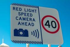 Sinais de tráfego que advertem para limites de velocidade 40 km/h e a câmera vermelha da velocidade clara adiante foto de stock royalty free