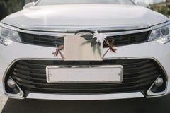 Sinais, decorações e acessórios do casamento no carro fotos de stock royalty free