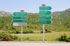 Sinais direcionais às cidades principais em Córsega, franco Imagens de Stock Royalty Free