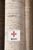Sinais direcionais às facilidades médicas Imagem de Stock