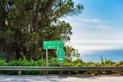 Sinais direcionais ao longo da estrada 1 em Big Sur Califórnia Fotografia de Stock Royalty Free