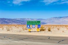 Sinais direcionais aos destinos no Vale da Morte Califórnia EUA Fotos de Stock Royalty Free