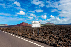 Sinais direcionais aos marcos locais em Lanzarote Fotos de Stock