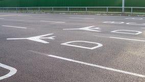 Sinais direcionais do aeroporto na estrada Imagens de Stock Royalty Free