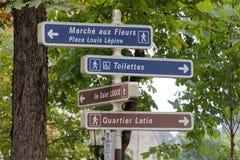 Sinais direcionais franceses às atrações locais Imagens de Stock