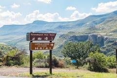 Sinais direcionais para recursos de feriado na estrada R58 Foto de Stock