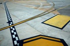 Sinais do assoalho da estrada de aeroporto pintados Foto de Stock