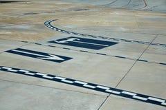 Sinais do assoalho da estrada de aeroporto pintados Imagem de Stock Royalty Free