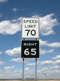 Sinais do limite de velocidade com nuvens e céu imagem de stock