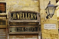 Sinais do negócio do vintage em construções velhas fotografia de stock royalty free