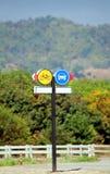 Sinais do tráfego ou de estrada, bicicleta amarela e sinais azuis do carro Imagens de Stock Royalty Free