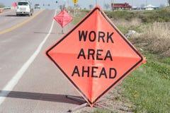 Sinais do trabalho da borda da estrada adiante Imagens de Stock Royalty Free