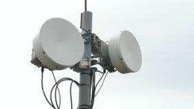 Sinais do transmissor Sistema da antena do repetidor da telecomunicação Torre de comunicações da antena dos meios da torre televi filme