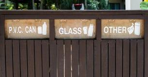 Sinais dos recipientes para a separação do lixo Fotografia de Stock Royalty Free