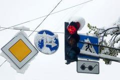 Sinais e sinais de estrada cobertos com a neve Imagem de Stock