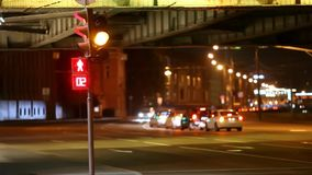 Sinais e setas vermelhos, amarelo, verde em ruas de Moscou da noite video estoque