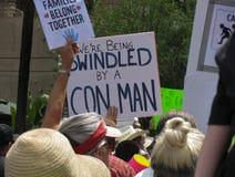 Sinais em U S reunião política: pro imigrantes, anti trunfo imagens de stock royalty free