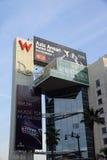 Sinais grandes do vermelho W e do Drais com os anúncios para Aziz Ansariand Acura em t fotografia de stock royalty free