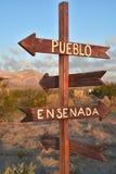 Sinais handpainted das setas de madeira com nomes das cidades em México Fotos de Stock