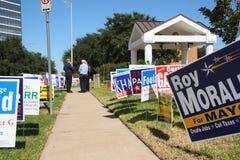 Sinais múltiplos da campanha com eleitores fotos de stock royalty free