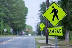 Sinais novos do Crosswalk fotografia de stock