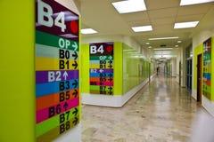Sinais para a orientação em uma clínica Foto de Stock